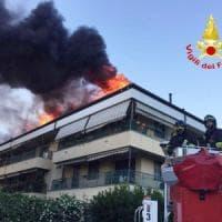 In fuga dalle fiamme: si incendia tetto di una palazzina ad Arese, evacuate