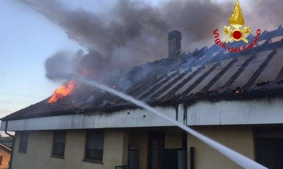In fuga dalle fiamme: si incendia tetto di una palazzina ad Arese, evacuate più di trenta famiglie