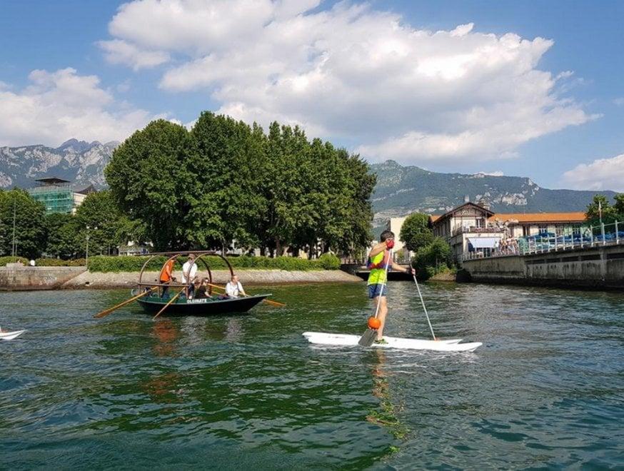 """Como: la """"camminata"""" sulle acque del lago grazie agli sci degli anni '30"""