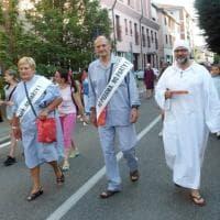 Milano, dal sindaco alla banda: un intero paese in pigiama per la festa d'estate