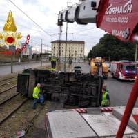 Milano: si ribalta camion dell'Amsa, bloccata la linea 27