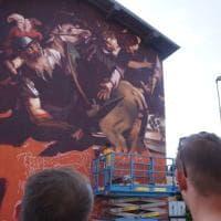 Bergamo: 130 bombolette spray per trasformare l'opera di Caravaggio in un murale