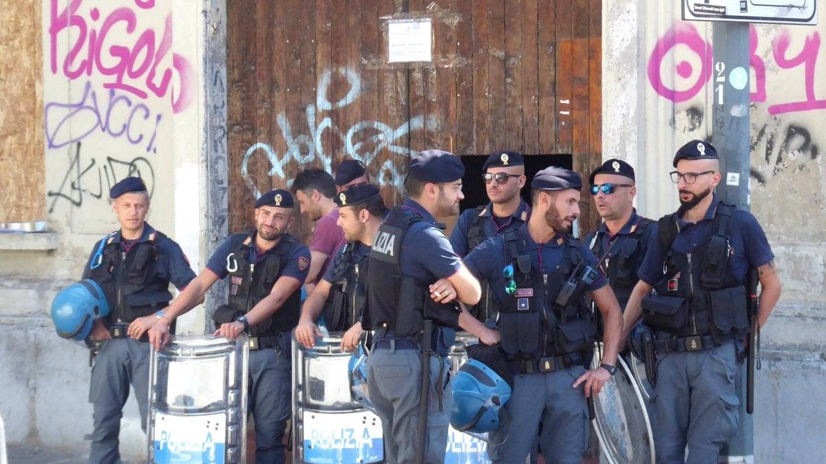 Blitz all 39 alba la polizia sgombera lo zip l 39 ex for Officina garage indipendente