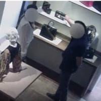 Milano, furti su commissione nei negozi di lusso: arrestato con una borsa da 4mila euro sotto la camicia