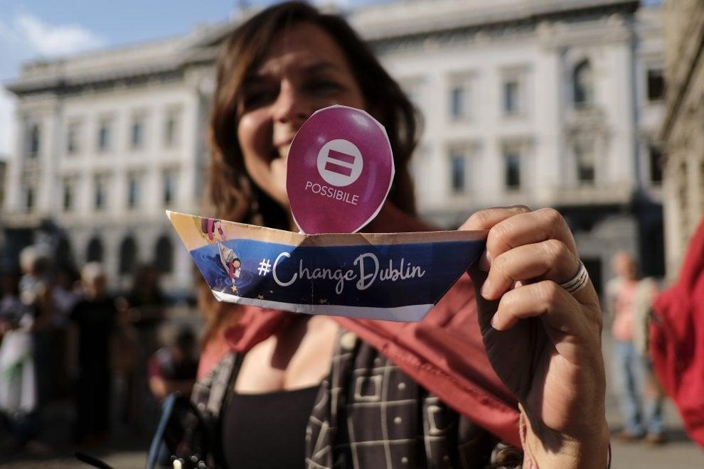 Migranti, migliaia di barchette di carta in piazza Scala: il flash mob a Milano
