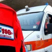 Milano, attraversa la strada con il rosso e viene investita da una moto: morta 68enne