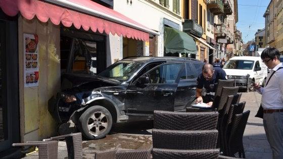 Milano, Suv contro tram in corso di Porta Ticinese: l'auto sfonda la vetrina di un ristorante