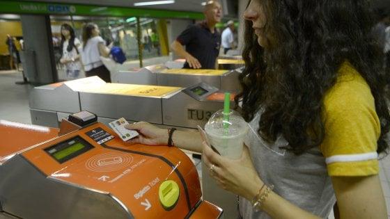 Il metrò di Milano diventa contactless, sui tornelli è spuntato il pos: via alla sperimentazione