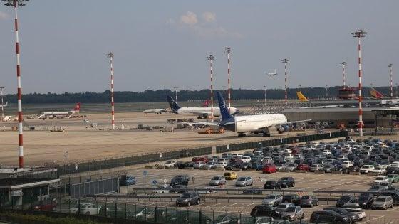 Un'ora per sbarcare dall'aereo a Malpensa: passeggera disabile chiama la polizia