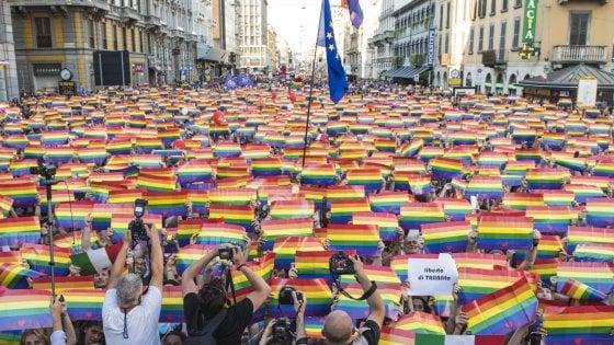 """Pride 2018, l'onda arcobaleno invade Milano. Gli organizzatori: """"Al corteo in 250mila"""""""