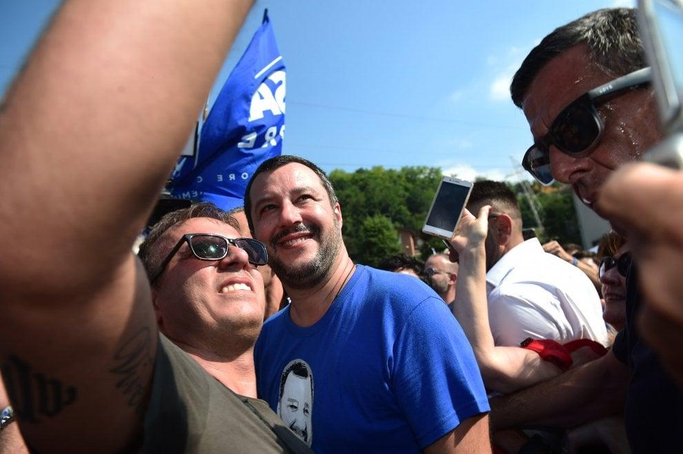 La Lega a Pontida, caccia al selfie con Salvini