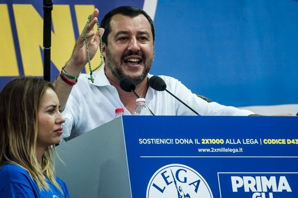"""Pontida 2018, il giuramento di Salvini con il rosario per """"la liberazione dei popoli d'Europa"""""""