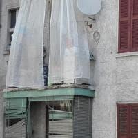 Case Aler, crolla il parapetto di un balcone: nessun ferito ma scoppia la protesta della gente