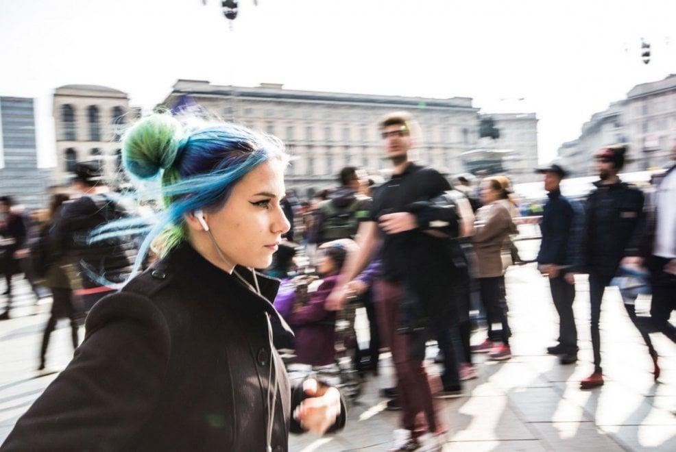 """Milano si colora di rosa: donne protagoniste nella mostra di """"Street photography"""""""