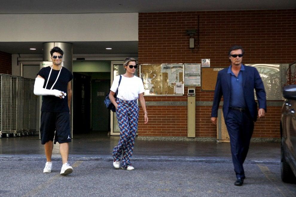 Niccolò Bettarini esce dall'ospedale: ad accompagnarlo mamma Simona
