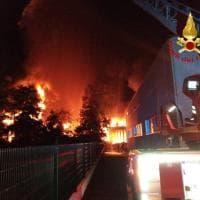 Liscate: vigili del fuoco al lavoro per domare l'incendio alla fabbrica di cosmetici