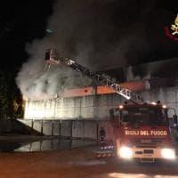 Milano: pompieri al lavoro per spegnere le fiamme al deposito di rifiuti