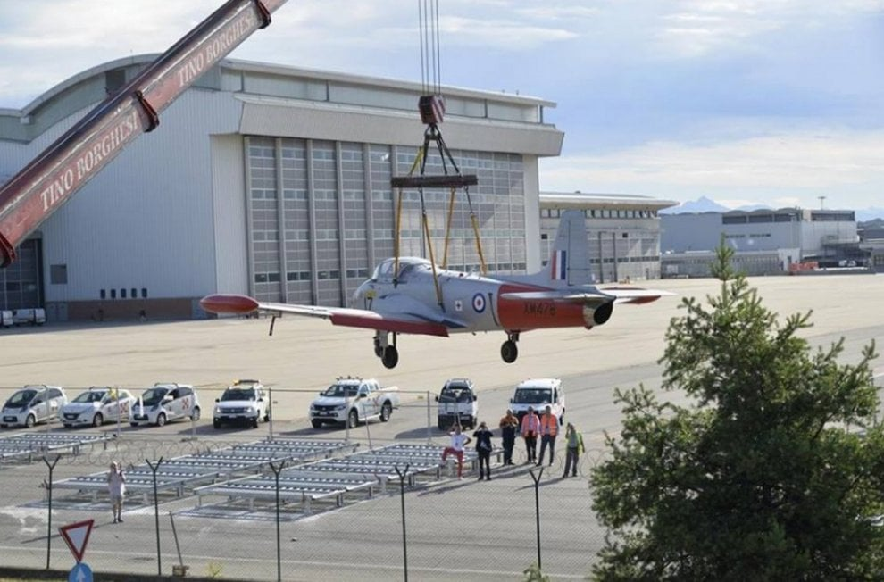 Malpensa: una gru da 120 tonnellate per il Jet Provost, l'aereo d'addestramento della Raf