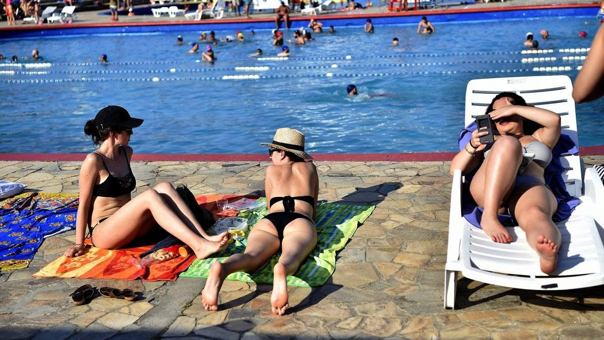 Caronte non molla la presa e i milanesi si tuffano in piscina oltre 12mila accessi nel week - Piscina argelati ...