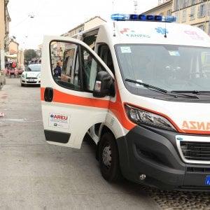 Milano, cade dal settimo piano mentre sistema le tende del balcone: morta donna