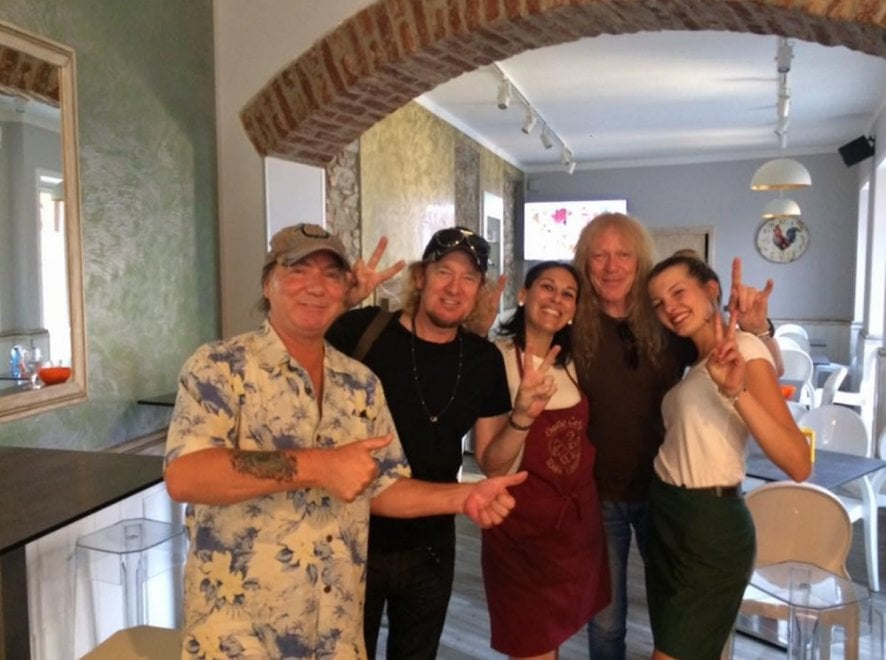 Gli Iron Maiden a Milano: prima del concerto visita a sorpresa al bar di provincia per la partita