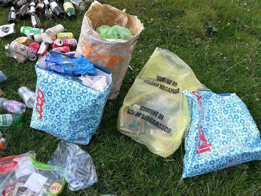 """Bergamo, il campeggio è un cimitero di rifiuti: i gestori """"ringraziano"""" i turisti su Facebook"""
