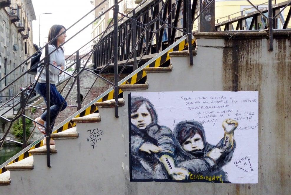 Milano, i numeri impressi sulla pelle: sul Naviglio l'opera contro il censimento di Salvini