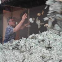 Monza, in vetrina un'esplosione di banconote: è l'opera di Peter Hide al Mimuno