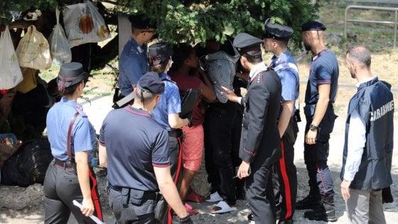 Milano, blitz dei carabinieri in Porta Venezia: bonificata l'area utilizzata per il bivacco dei migranti