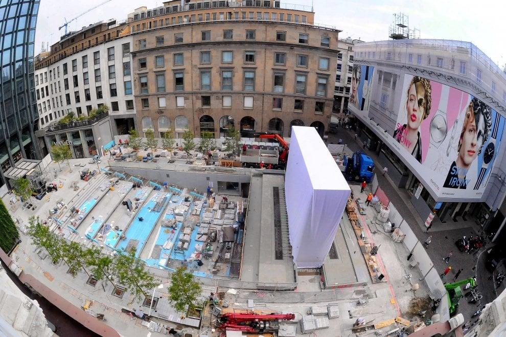 Milano, l'Apple Store prende forma: ecco il cubo di vetro per la cascata