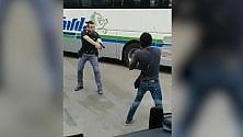 Minaccia i passanti con un coltello, neutralizzato dagli agenti di polizia