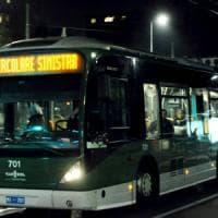 Milano, passeggero a bordo di un autobus chiede di abbassare la voce: lo
