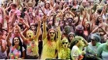 Folla di adolescenti all'Ippodromo di San Siro per il rito indiano dell'Holi Dance Festival