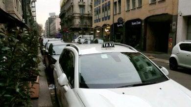 Scoppia una lite stradale: tassista e passeggero aggrediscono un poliziotto