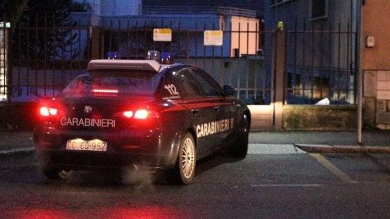 Violenta la sorellastra 14enne davanti ai fratellini: fermato 19enne nel Milanese
