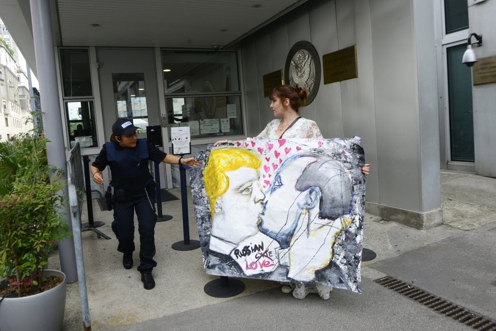 Milano, il bacio fra Trump e Putin: è l'ultima provocazione di Cristina Donati Meyer