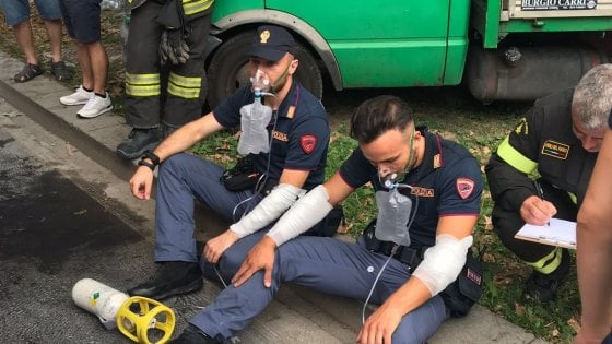Milano, giovane si dà fuoco in strada davanti a una pattuglia della polizia: è in codice rosso