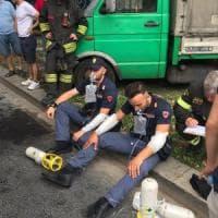 Milano, giovane si dà fuoco in strada davanti a una pattuglia della polizia: è in codice...