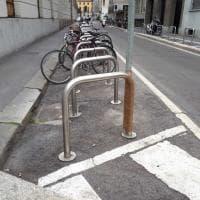 """Milano, segnaletica stradale """"improvvisata"""": i cartelli sono assicurati con lo scotch"""