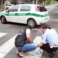 Milano, giovane si dà fuoco in strada: la Scientifica sul posto per i rilievi