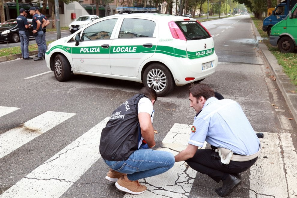 Milano, giovane si dà fuoco in strada: la Scientifica sul po