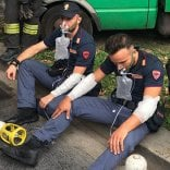 Giovane si dà fuoco in strada davanti agli agenti: salvato dalla polizia: è gravissimo