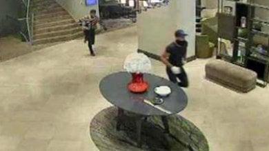 Colpo da 2 milioni all'Hilton, ma la vittima è una truffatrice: bottino di banconote false