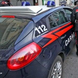Milano, scappa dai carabinieri e si lancia da terzo piano: preso per un piede