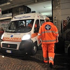 Milano, sbaglia manovra e travolge un gruppo di persone fuori dalla chiesa: morta una donna