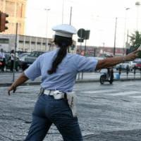 Lago di Garda, fugge in Bmw per non pagare la multa: turista investe la vigilessa