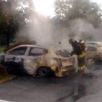 Milano, ancora auto in fiamme: è caccia al piromane notturno, 15 roghi