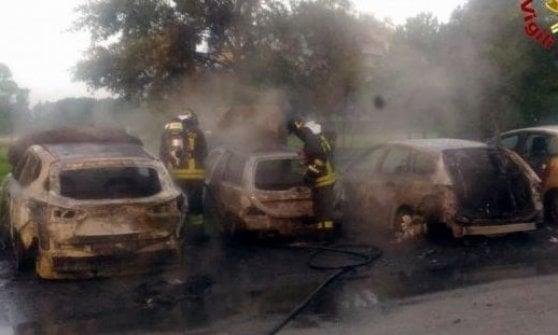 Milano, ancora auto in fiamme: è caccia al piromane notturno, 15 roghi in due mesi