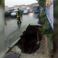 Piogge torrenziali a Varese: l'asfalto cede, in centro si apre una voragine