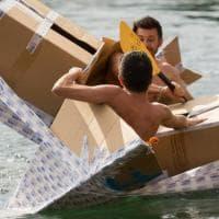 """Milano, cartone e nastro adesivo: tutte le follie della """"Carton Boat Race"""""""